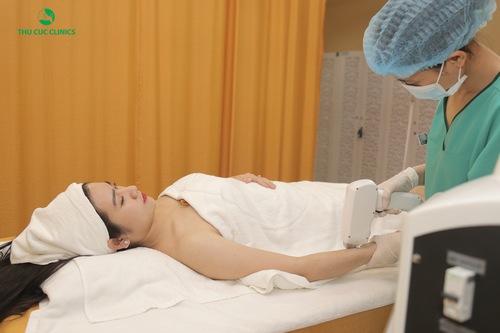 Khách hàng đang trải nghiệm quy trình triệt lông bằng công nghệ Laser Diode tại Thu Cúc Clinics