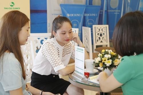 Chuyên viên đang tư vấn giúp khách hàng hiểu được dịch vụ triệt lông nách