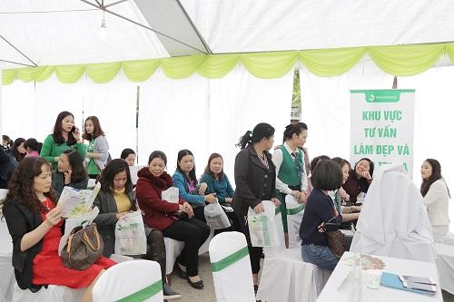 Ngay từ đầu giờ sáng, đông đảo tín đồ làm đẹp xứ Lạng đã có mặt tại Trung tâm Văn hóa tỉnh Lạng Sơn (số 2 Tam Thanh, Tp. Lạng Sơn) để tham gia ngày hội tư vấn chăm sóc & làm đẹp da miễn phí được tổ chức bởi thương hiệu Thu Cúc