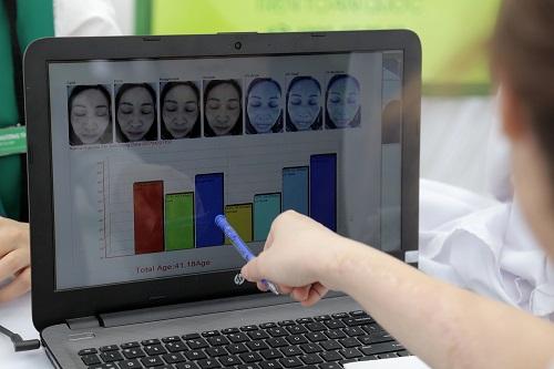 Phân tích kết quả hiện trên màn hình, chuyên viên Thu Cúc sẽ chỉ ra những vấn đề thẩm mỹ làn da hiện đang gặp phải và tư vấn cách chăm sóc cũng như giải pháp điều trị hiệu quả, an toàn.