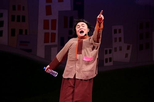 Không dừng lại ở đó, Thu Cúc còn mang đến những món quà tinh thần ý nghĩa cho người dân Lạng Sơn với chương trình hài kịch đặc sắc có sự tham gia của các diễn viên nổi tiếng: Xuân Hinh, Vân Dung, Công Lý…