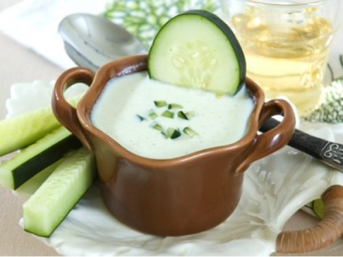 Sữa tươi và dưa chuột giúp bạn có làn da mướt mịn ngay sau khi thực hiện