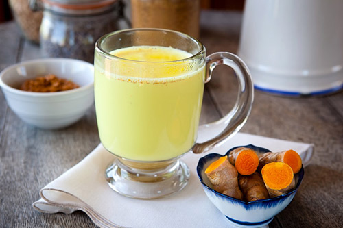 sữa cũng chứa axit-lactic, một loại chất có khả năng làm sạch da tự nhiên, mang lại bạn làn da sạch thoáng bã nhờn và ngăn ngừa mụn hiệu quả.