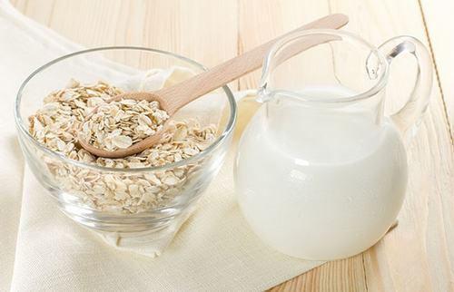 Sữa tươi và bột yến mạch giúp lấy đi các lớp tế bào chết, bã nhờn trên da và cung cấp các dưỡng chất giúp bạn có làn da nhẵn mịn, trắng hồng.