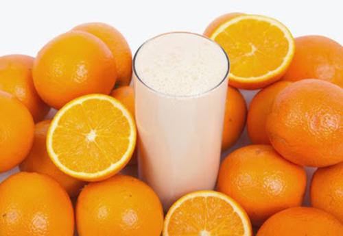 Công thức sữa tươi và nước ép cam giúp bạn cải thiện tình trạng thâm nám để có làn da tươi sáng, đều màu hơn.