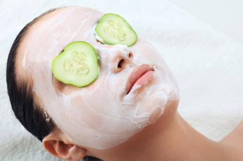Nhiều nguyên liệu thiên nhiên giàu các dưỡng chất chống oxy hóa sẽ giúp bạn cải thiện độ sáng của làn da, giúp da khỏe mạnh.