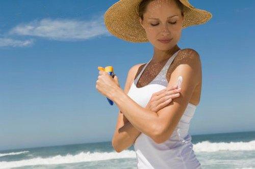 Sau khi tẩy lông, da dễ bắt nắng hơn nên cần chú ý thoa kem chống nắng và bảo vệ cẩn thận.