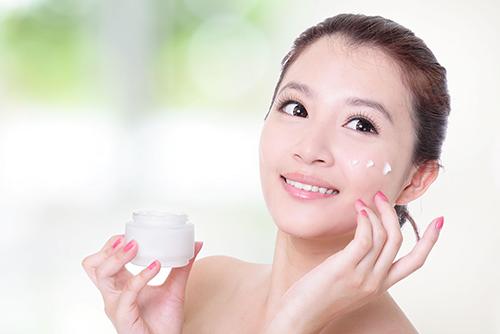 Sử dụng các sản phẩm dành cho da mụn hay da nhạy cảm để đảm bảo an toàn cho da.