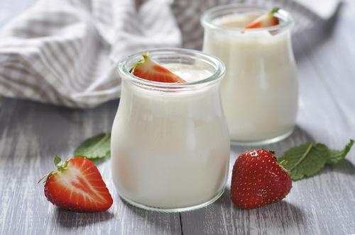 Sữa chua không chỉ là thực phẩm bổ dưỡng cho cơ thể, mà chúng còn mang lại khá nhiều công dụng làm đẹp như kích thích sự phát triển của tế bào da, tái tạo da và giúp da trắng hồng tự nhiên, hoàn toàn không khiến da bị bào mòn. Do đó,việc sử dụng sữa chua sẽ là một cách trị rạn da ở bắp chân hiệu quả và an toàn.