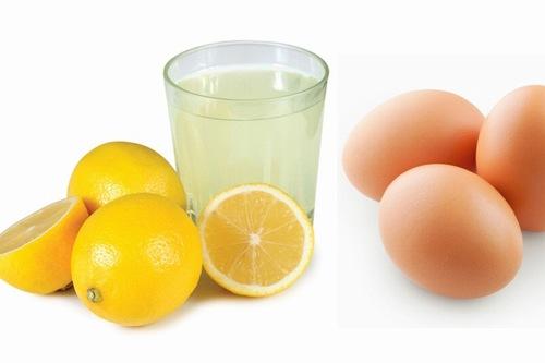 Chanh có hàm lượng vitamin C cùng chất a xít tự nhiên giúp làm mềm nang lông hiệu quả. Trong khi đó, trứng gà cung cấp các dưỡng chất giúp loại bỏ violong một cách nhanh chóng tại nhà. Theo đó bạn chỉ cần trộn 2 nguyên liệu này theo tỉ lệ tương đương. Sau khi làm sạch tay thì chà hỗn hợp này lên, kết hợp mát xa nhẹ nhàng.