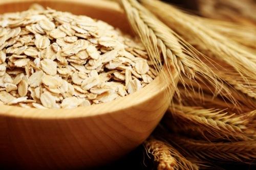 Bột yến mạch có tác dụng làm sạch bụi bẩn, chất nhờn đồng thời đem đến khả năng triệt lông hiệu quả. Để tăng hiệu quả bạn có thể kết hợp bột yến mạch với một số nguyên liệu như nước cốt chanh, lòng trắng trứng gà… rồi thực hiện tương tự nhue những cách trên.