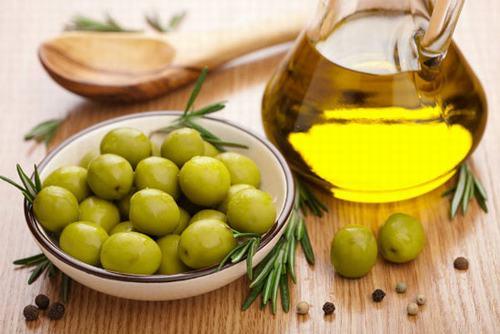 Dầu oliu có khả năng kích thích tuần hoàn máu hiệu quả giúp hỗ trợ tích cực cho việc làm mờ các vết rạn da