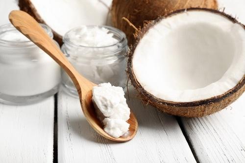 Dầu dừa chứa nhiều dưỡng chất có khả năng trị rạn ra