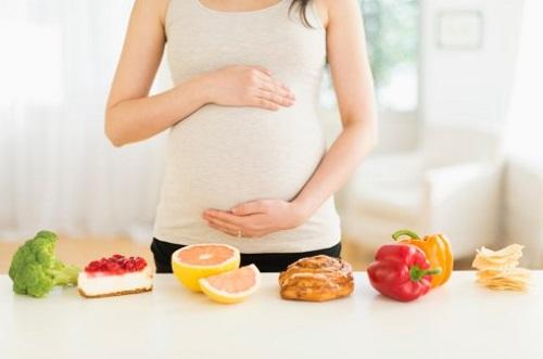 Các mẹ nên xây dựng một chế độ dinh dưỡng cân bằng, hợp lý trong thai kỳ để đảm bảo sức khỏe 2 mẹ con và làn da luôn săn chắc.