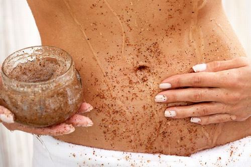 Tẩy da chết để trang điểm che vết rạn da dễ dàng hơn.