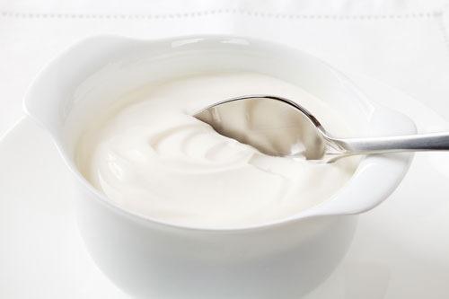 Sữa chua giúp làm trắng da, dưỡng da mềm mịn, tẩy tế bào chết, đẩy lùi các dấu hiệu và phục hồi làn da hư tổn rất tốt, nhờ thành phần chứa nhiều vitamin và axit lactic. Cách thực hiện rất đơn giản, thoa sữa chua lên vết rạn, kết hợp mát xa nhẹ nhàng, thư giãn chừng 10 phút thì rửa lại với nước ấm, thấm khô bằng khăn mềm.