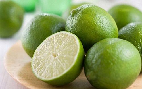 Chanh giàu axit tự nhiên có tác dụng rất tốt để làm sáng các đốm nâu, vết thâm và giúp da trắng hơn. Tuy nhiên, axit citric rất dễ gây nhạy cảm cho da, vì thế nếu muốn sử dụng chanh trên da, bạn nên trộn cùng mật ong, sữa chua để đắp mặt.