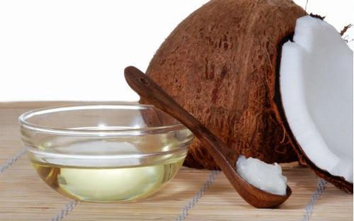 Nhiều người sử dụng dầu dừa để dưỡng lông mi, tuy nhiên bên cạnh đó chúng còn đem đến khả năng làm sáng da khi được kết hợp với nước ép cà chua. Theo đó bạn có thể trộn dầu dừa với nước ép cà chua tạo thành một loại mặt nạ để đắp mặt mỗi ngày.