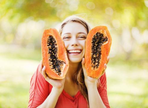 Đu đủ có chứa rất nhiều vitamin C và E giúp làm chậm quá trình lão hóa da. Đặc biệt, chất enzime papain có trong đu đủ là một hoạt chất tẩy trắng mạnh, giúp làm trắng da mặt. Theo đó bạn chỉ cần kết hợp đu đủ với mật ong vừa giúp làm trắng, vừa giúp da được bảo vệ an toàn và lâu dài hơn đó