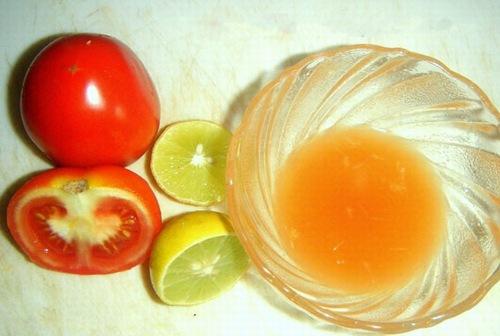 Tính axit mạnh của chanh và cà chua đem đến khả năng loại bỏ violong một cách an toàn và hiệu quả