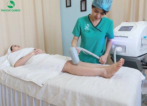 Khách hàng đang trải nghiệmdịch vụ triệt lông chân bằng Laser Diode tại Thu Cúc Clinics – thương hiệu chăm sóc và điều trị thẩm mỹ da uy tín hàng đầu khu vực.