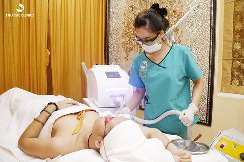 Khách hàng đang triệt lông bằng công nghệ Laser Diode tại Thu Cúc Clinic Sài Gòn Quận 5.