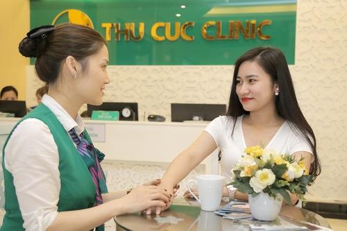 Khách hàng được chuyên viên thăm khám xác định liệu trình triệt lông