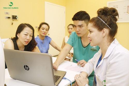 Bác sĩ Thu Cúc Clinics đang tư vấn về các trị rạn da.