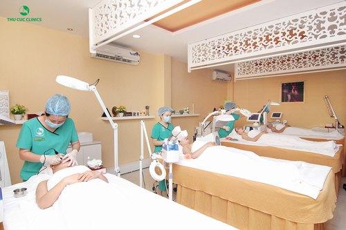 Kỹ thuật viên Thu Cúc Clinics đang chăm sóc da mặt thư giãn cho khách hàng.