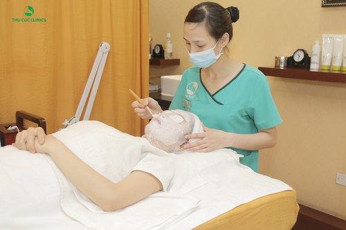 Khách hàng đang trải nghiệm liệu pháp đặc trị da lão hóa bằng mặt nạ vi tảo.