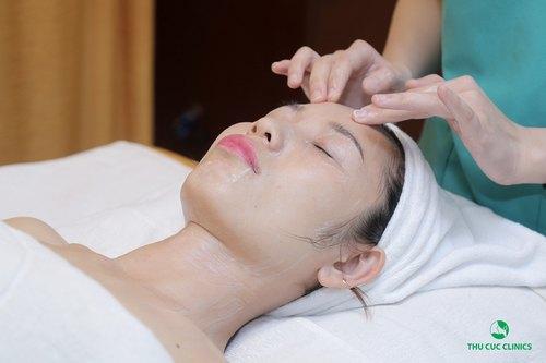 Chuyên viên Thu Cúc Clinics thực hiện các bước làm sạch trước khi chăm sóc da cho khách hàng.