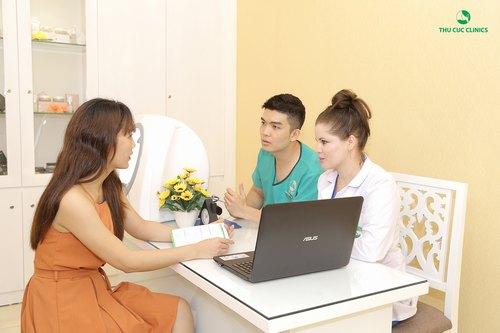 Khách hàng được chuyên gia Thu Cúc Clinics thăm khám, tư vấn cụ thể về hiện trạng thẩm mỹ và sức khỏe làn da.