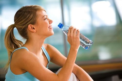Uống nhiều nước giúp cung cấp đủ cho cơ thể và làn da luôn căng mọng, hạn chế mụn, lão hóa... Ngoài ra, uống nước còn là liệu pháp giúp hạn chế lượng đồ ăn nạp vào cơ thể và thúc đẩy quá trình tiêu hóa tự nhiên cho thân hình thon gọn được nhiều eva áp dụng.