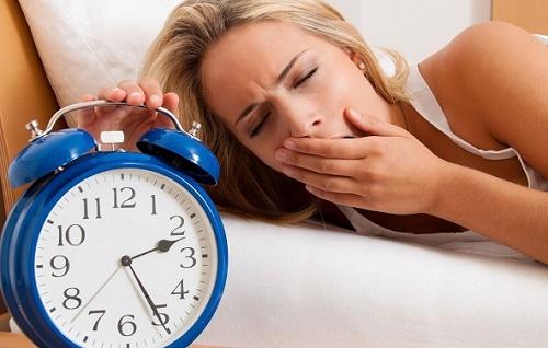 Thiếu ngủ, thức khuya chính là nguyên nhân khiến da nhanh chóng khô sạm, lão hóa và tinh thần mỗi chúng ta cũng trở nên mệt mỏi, stress. Để khắc phục tình trạng này, hãy xây dựng lịch làm việc khoa học, không nên ngủ muộn quá 23h và đảm bảo ngủ đủ 7-8h/ ngày.