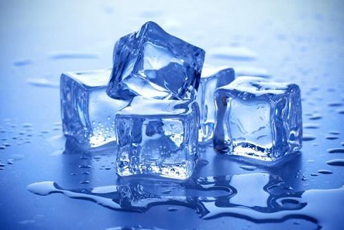 Nước đá giúp loại bỏbụi bẩn tích tụ trên da, giúp giảm viêm và đau do mụn nhọt.