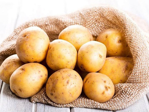 Khoai tây được xem là nguyên liệu giúp điều trị mụn các ở mũi an toàn.