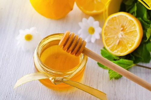 Mật ong và nước chanh có chứa thanh phần giúp chống viêm, điều trị mụn, trị sẹo và làm mềm da hiệu quả.