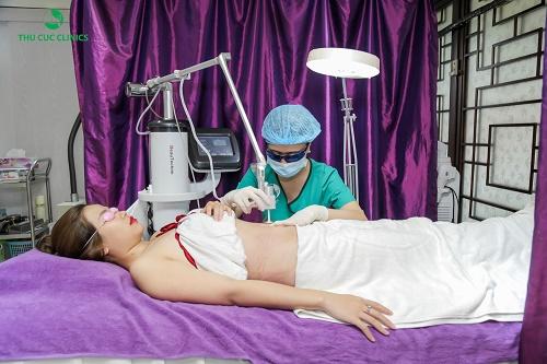 Khách hàng tiến hành thực hiện công nghệ trị rạn da sau sinh tại Thu Cúc Clinics.