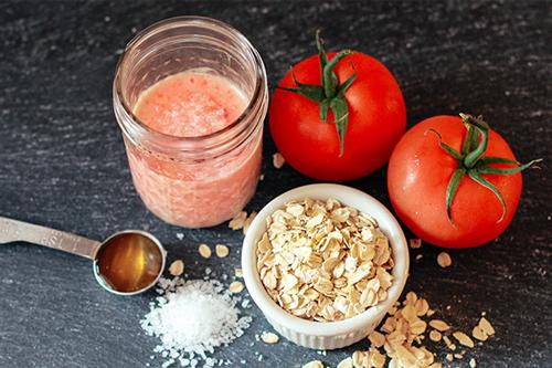 Bột yến mạch kết hợp với cà chua giúp giảm vết tàn nhang an toàn và hiệu quả cao.