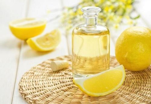 Mặt nạ dầu ô liu và chanh sẽ giúp thổi bay tàn nhang và giúp làn da tươi sáng hơn.