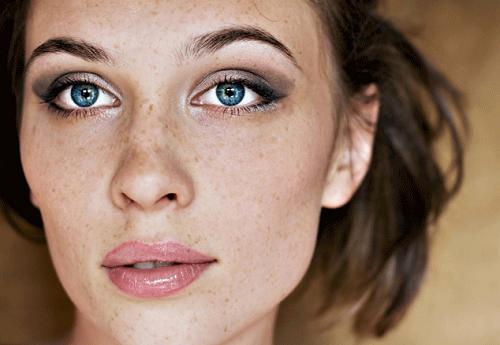 Sự xuất hiện của tàn nhang làm khuôn mặt mất đi nét tươi trẻ