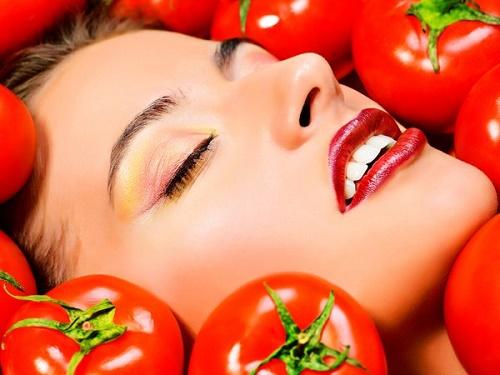 Cà chua là nguyên liệu thiên nhiên giúp điều trị tàn nhang trên da hiệu quả.