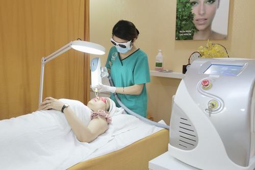 Công nghệ Laser Yag kết hợp 2 bước sóng 1064nm và 532nm chiếu trực tiếp lên da, tác động vào sâu trong lớp trung bì nơi có hắc tố melanin.