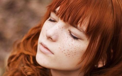 Tàn nhang là tình trạng trên da xuất hiện các đốm màu nâu hoặc vàng nhạt với kích thước nhỏ rải rác trên da.