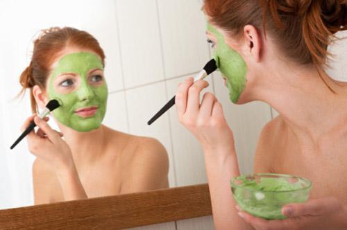 Nước ép đu đủ xanh có khả năng tẩy tế bào chết, trị mụn và cải thiện sắc tố da hiệu quả.
