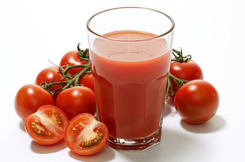 Cà chua chứa nhiều vitamin E giúp làm mờ tàn nhang an toàn.