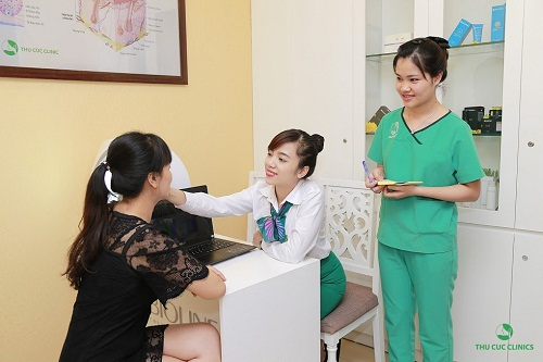 Khách hàng được các chuyên gia tư vấn phương pháp điều trị tàn nhang tại Thu Cúc Clinics