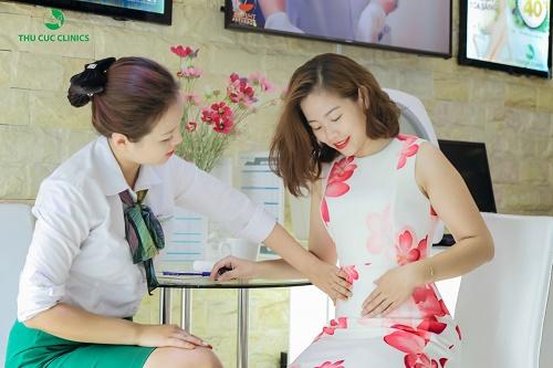 Khách hàng tư vấn và điều trị rạn da tại Thu Cúc Clinics.