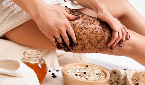 Loại bỏ lớp tế bào da già nua sẽ giúp tế bào mới phát triển, tăng cường lưu thông máu và từ đó hỗ trợ làm giảm rạn da.