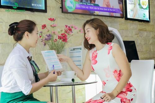 Khách hàng sẽ được thăm khám, tư vấn cụ thể trước khi tiến hành trị rạn da ở Thu Cúc Clinics